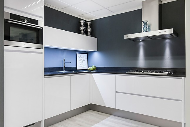 Witte Complete Hoekkeuken.Overige Showroomkeuken Focus Wit 13 Showroomkeuken In Alkmaar Van
