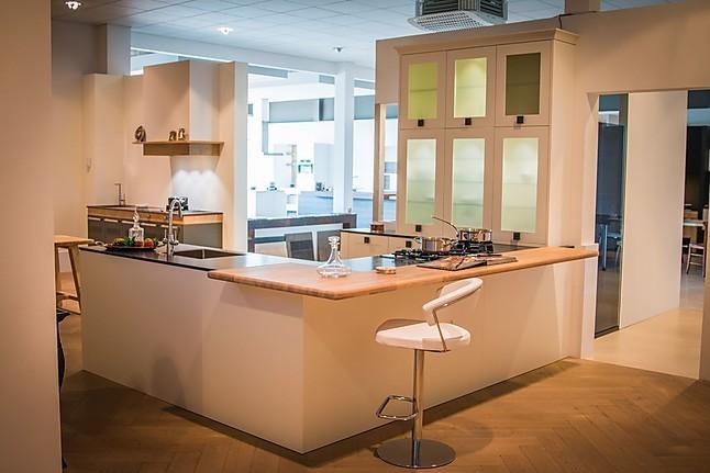 Overige showroomkeuken klassieke keuken met zwart werkblad