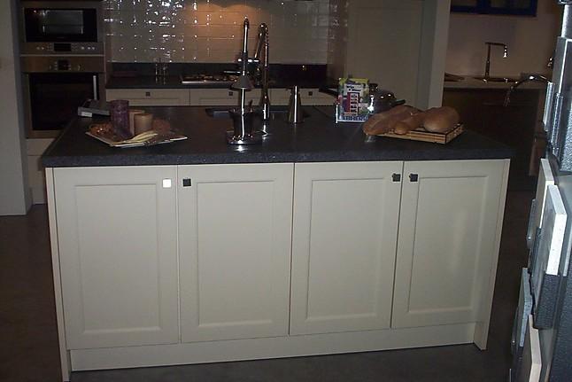Eggersmann Keukens Prijzen : Eggersmann showroomkeuken tijdloze keuken met spoeleiland