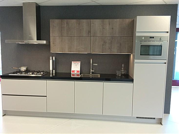 Poggenpohl Keuken Aanbieding : Nobilia-showroomkeuken Modern keukenblok in zandkleur met houtdecor