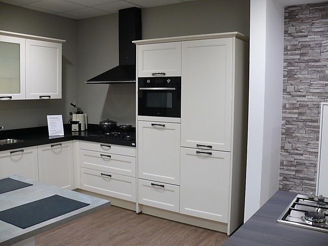 Wellmann showroomkeuken hoekkeuken met granieten werkblad met etna