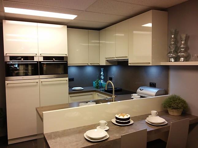... Greige U-opstelling: showroomkeuken in Dinxperlo van Wansing Keukens