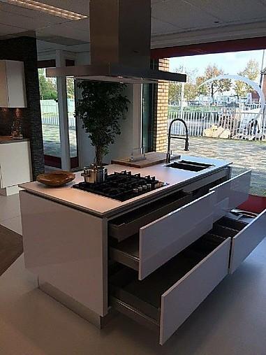 Nobilia showroomkeuken moderne witte hoogglans keuken met kookeiland showroomkeuken in dieren - Prijs keuken met kookeiland ...