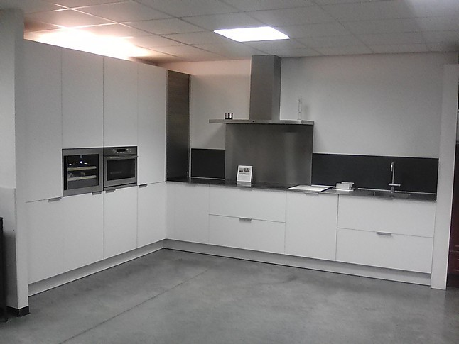 L Vorm Keuken : Eggersmann showroomkeuken luxe kunststof l vorm keuken met lak