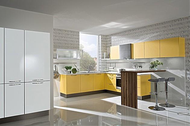 Keuken L Vorm Met Bar : Lichte L-vormige keuken met mango gele fronten en witte accenten