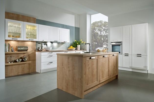 Witte keuken met eiland in houttint