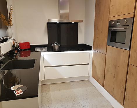Hoogglans Wit Keuken : Showroomkeukenbeurs: keuken met hoogglans fronten in de uitverkoop