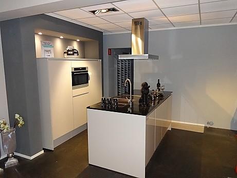Nobilia showroomkeuken gelakte showroom keuken met eiland showroomkeuken in echt van - Eiland in de kleine keuken ...