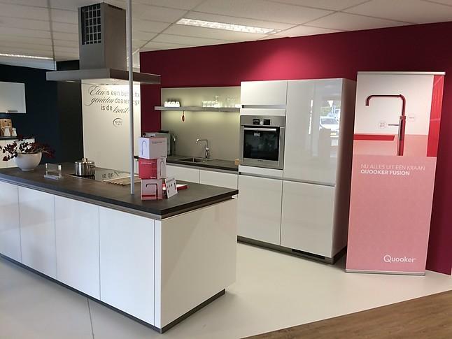 Beckermann showroomkeuken moderne witte hooglans keuken met kookeiland showroomkeuken in dieren - Prijs keuken met kookeiland ...