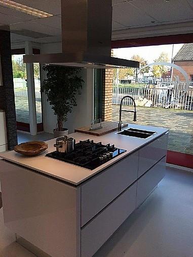Nobilia showroomkeuken moderne witte hoogglans keuken met kookeiland showroomkeuken in dieren - Keuken witte lak ...