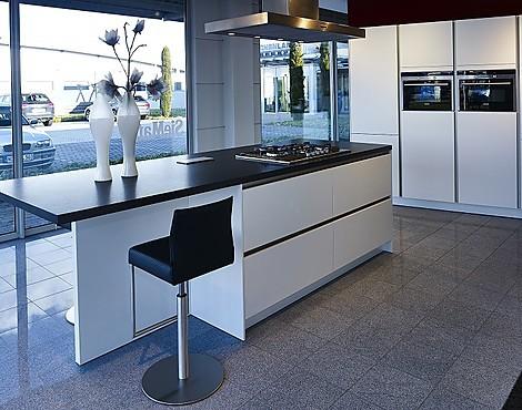Overzicht van keukenaanbiedingen van siematic - Keuken met centraal eiland en bar ...