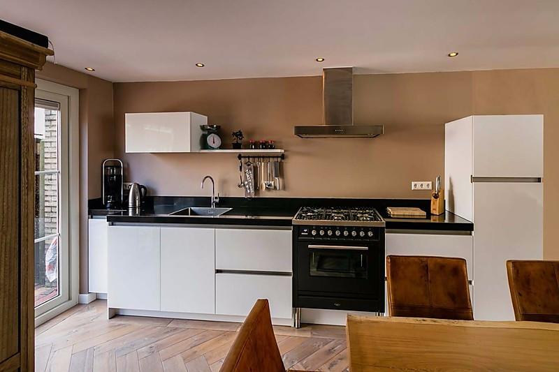 Wit hoogglans in landelijk interieur - Küche door Gemma en Pieter ...