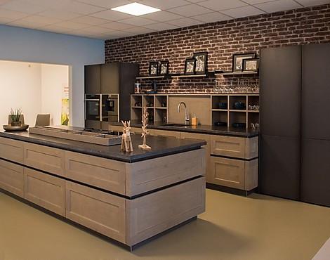 Showroomkeukenbeurs: massief houten keuken in de uitverkoop