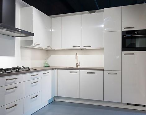 Hoek Keuken Modellen : Showroomkeukenbeurs keuken met hoogglans fronten in de uitverkoop