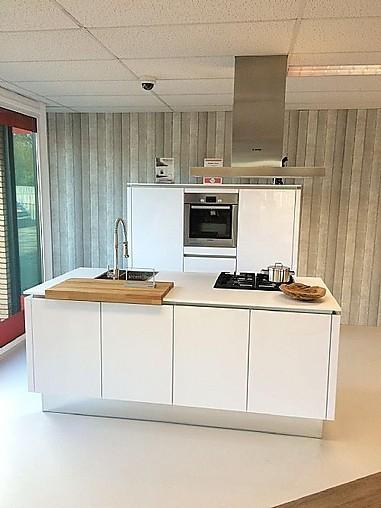 Nobilia showroomkeuken moderne witte hoogglans keuken met ...