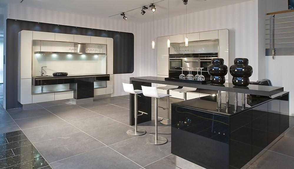 Moderne zwart witte keuken in l vorm - Witte keukenfotos ...