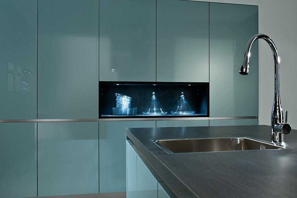 Design Keuken Kraan : Design keuken staalblauw met rek in de kastenwand