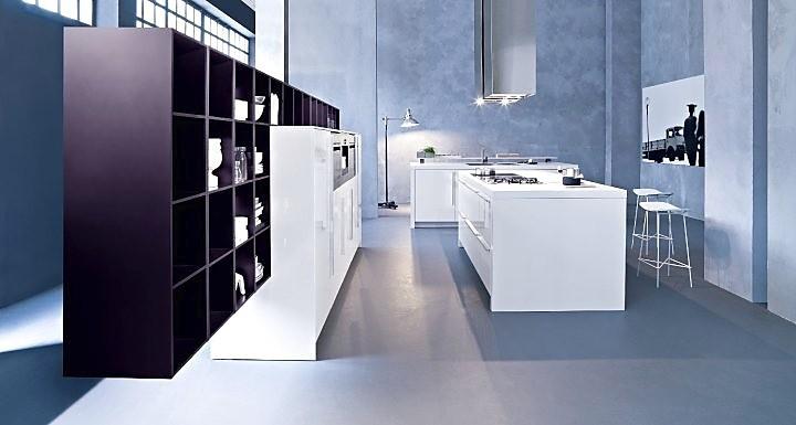 Moderne zwart-witte keuken in L-vorm
