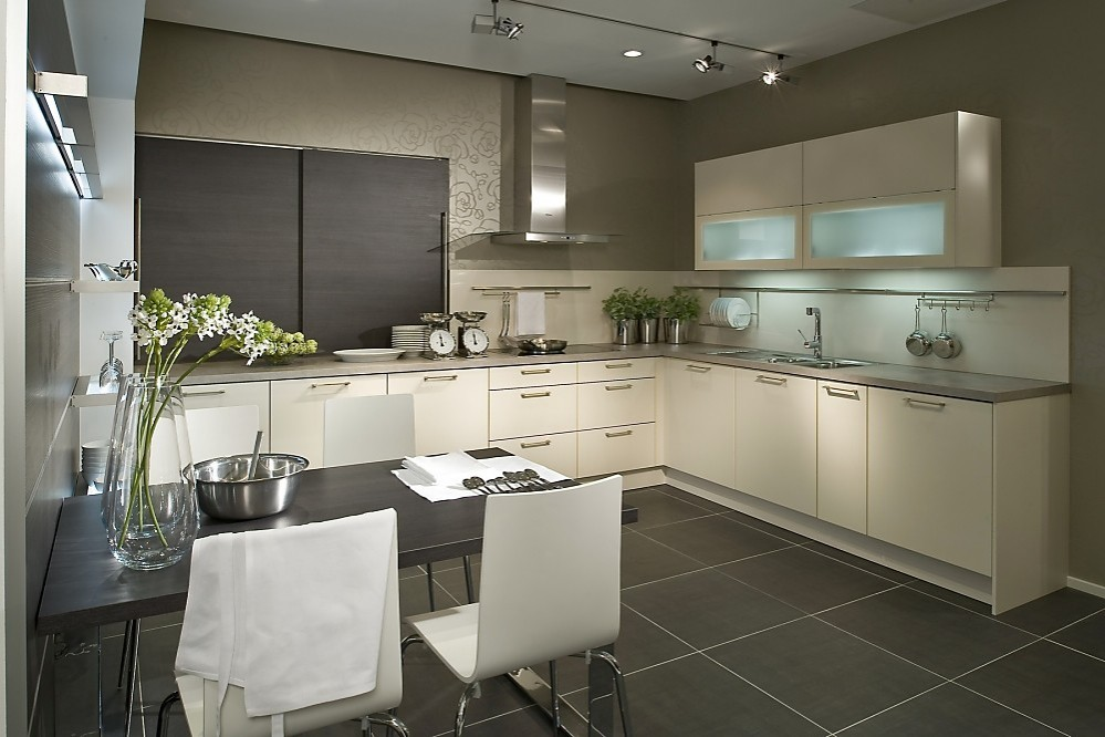 U vormige keuken wit gecombineerd met donker hout - Hout en witte keuken ...