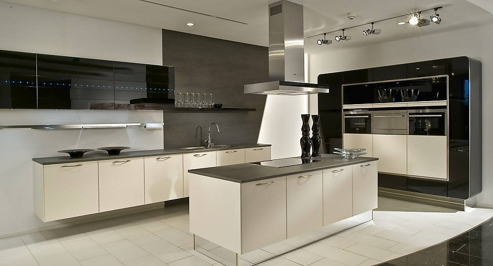 L vormige keuken met eiland zwart wit for Planos de cocinas modernas con islas