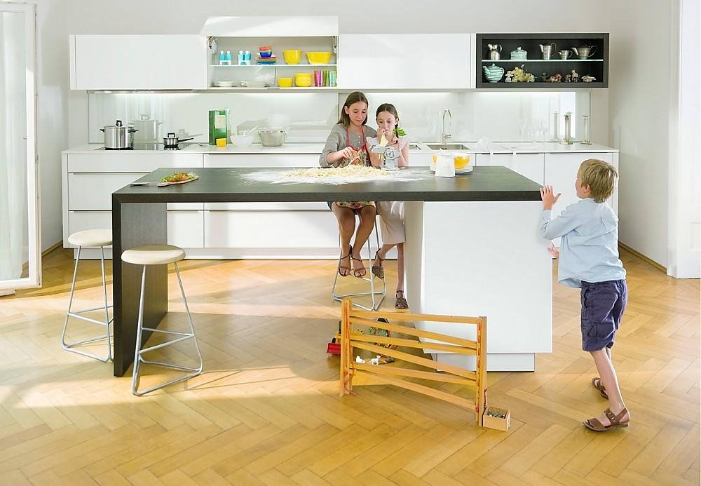 Lichte glazen fronten familiekeuken - Kleine keukenstudio ...
