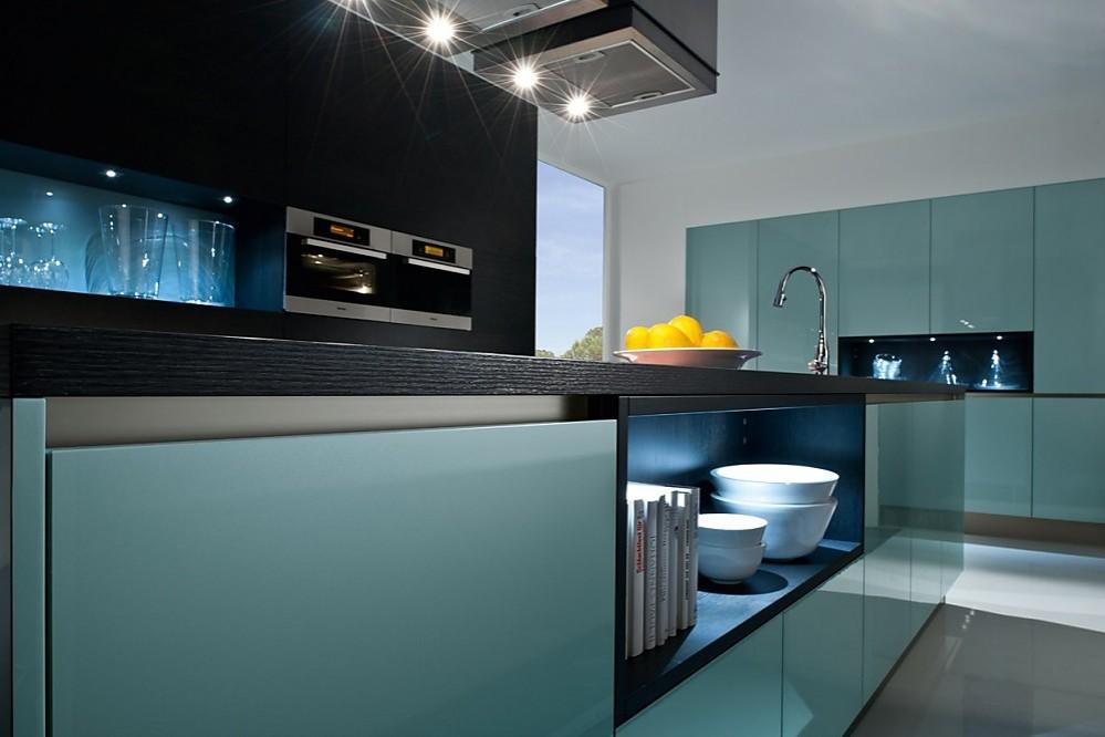 Greeploze Design Keukens : Greeploze eilandkeuken in staalblauw acryl hoogglans