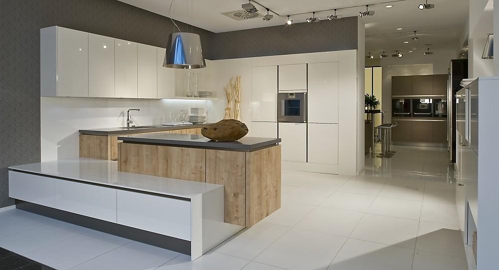 Moderne greeploze keuken in u vorm wit met eiken - Witte keuken en hout ...