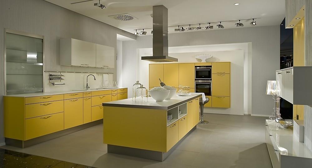 Geel De Keuken : U vormige keuken met zwevende kastenrij mango geel