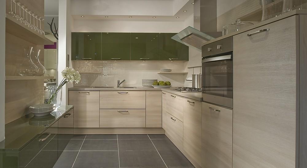 U vormige keuken olijfgroen gecombineerd met licht hout - Keuken wit en groen ...