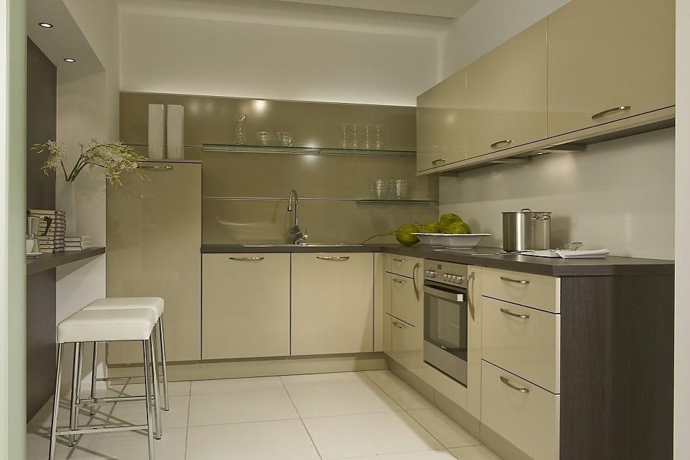 Family greeploze U-keuken in moderne stijl wit glanzend