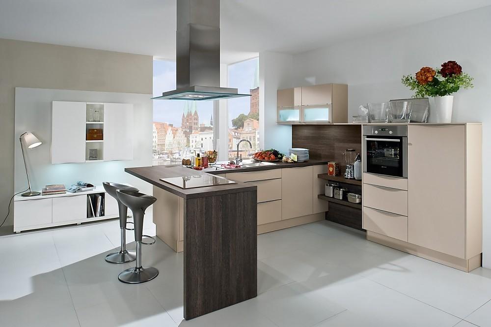 Witte Keuken Sfeer : Lichte l vormige keuken met bar houttinten