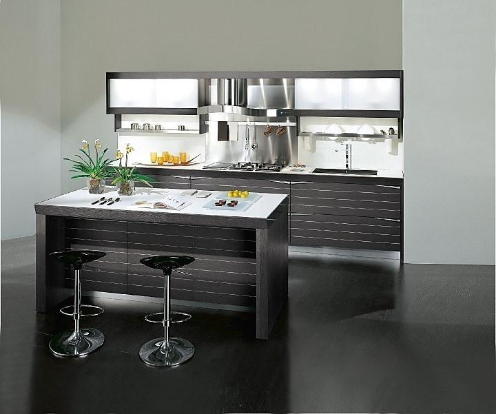 Rechtlijnige keukenwand met keukeneiland als bar.