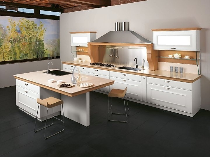 Keukenrij met eiland wit gecombineerd met licht hout